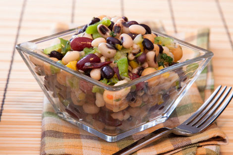 Salad with black-eyed beans and olives